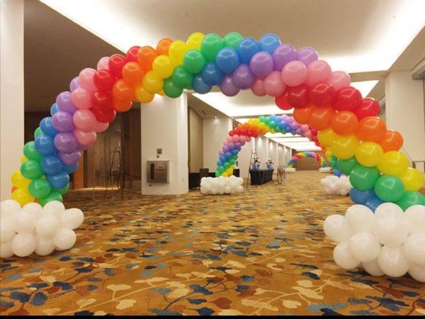 Разноцветные гирлянды из воздушных шаров